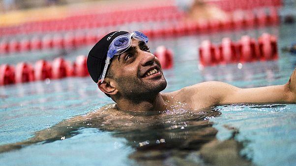 Egy szíriai menekült sportoló viszi az olimpiai lángot Athénban