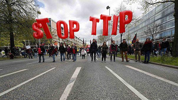 Almanlar Obama ziyareti öncesi serbest ticaret anlaşmasını protesto etti
