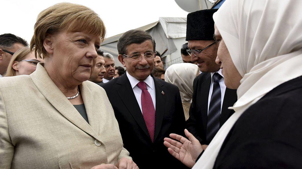 Merkel visita campo de refugiados na Turquia