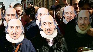 Milhares celebram em Stratford-upon-Avon 400 anos da morte de Shakespeare