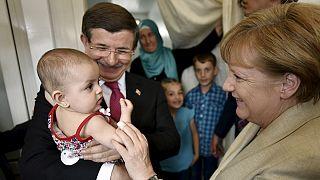 Merkel visita campo de refugiados na fronteira turco-síria