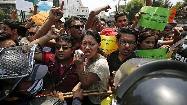 Nepal: Um ano depois dos sismos, chorar os mortos e lembrar o Governo dos vivos