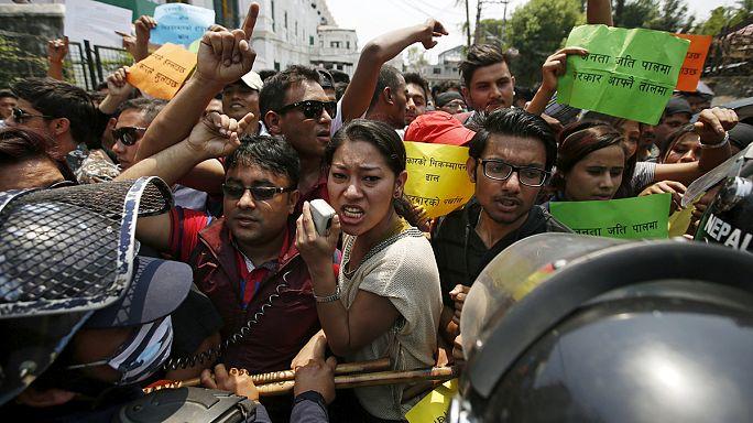 عشية الذكرى الأولى مظاهرة منددة بتقاعس الحكومة في إعادة إعمار ما خلفه زلزال نيبال