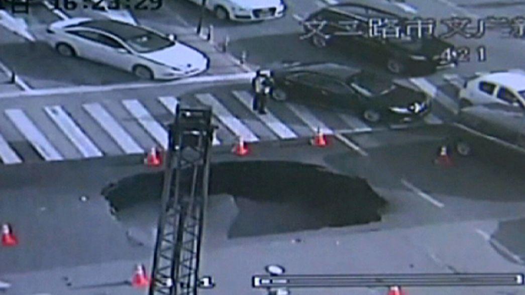 In letzter Sekunde: Chinesischer Polizist rettet Autofahrer vor Sturz