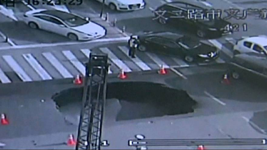 China: quick-thinking cop averts potential tragedy as sinkhole appears in busy road