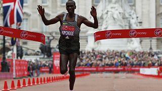 London Marathon 2016: Kipchoge takes title, narrowly misses world record