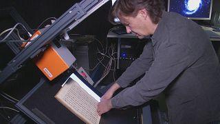 Tecnologia baseada em câmara de infravermelhos analisa documentos antigos