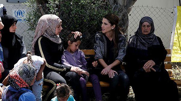 Rania di Giordania tra i profughi in Grecia