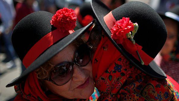 Portekiz Salazar devrini bitiren Karanfil Devrimi'ni kutluyor