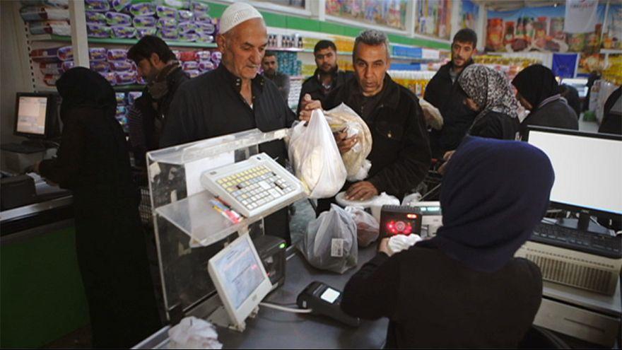 اللاجئون في تركيا: بطاقات ذكية لشراء المواد الغذائية