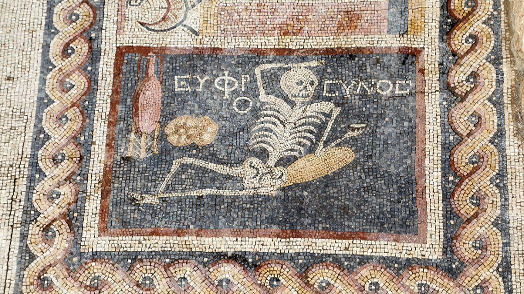 Türkisches Skelett-Mosaik rät: Genieße Dein Leben