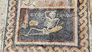 """""""Alégrate. Disfruta de la vida"""": lo dice un esqueleto en un mosaico de hace 2.200 años"""