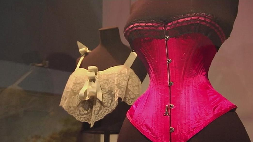 """Undressed"": biancheria d'annata al Victoria and Albert Museum"