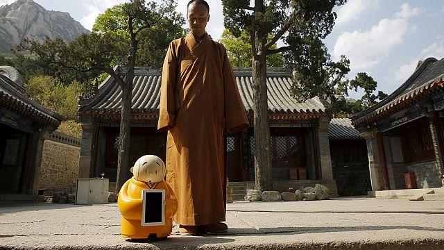 Budist tapınağında meditasyon yapan bir robot