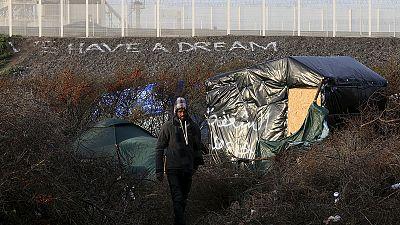 Reforços das barreiras contra migrantes em Calais