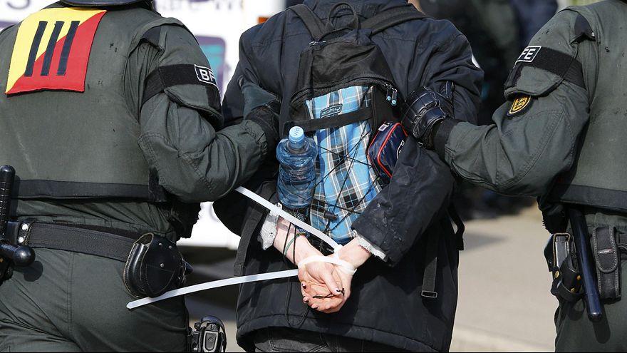 Göçmen karşıtı parti toplantısı öncesi protestolar: 400 gözaltı