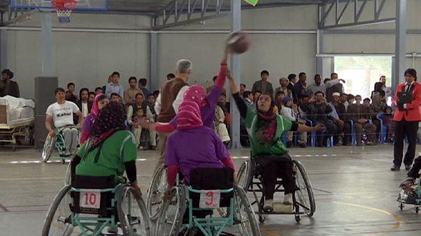 مباراة لكرة السلة النسائية على كراسي متحركة