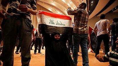 Cientos de ciudadanos iraquíes toman el Parlamento en la Zona Verde de Bagdad