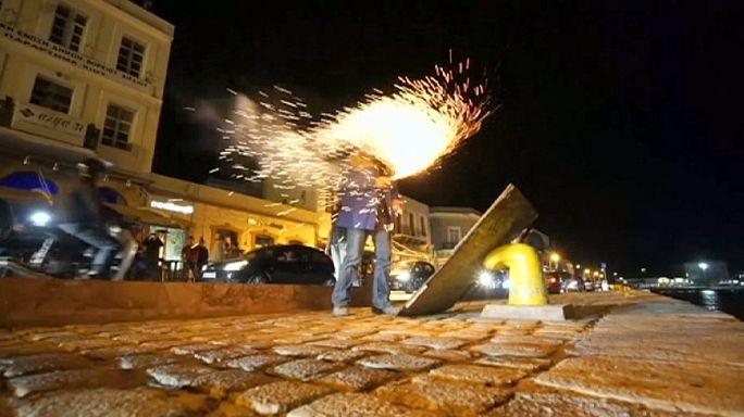 معركة الألعاب النارية والمفرقعات بين أبرشيتين يونانيتين إحتفالا بعيد الفصح