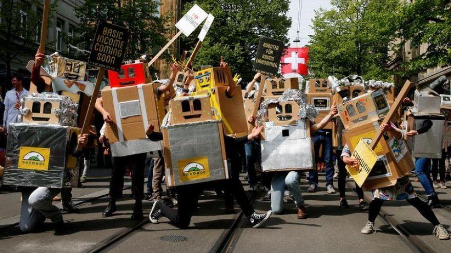 Roboter, die Schweiz und das bedingungslose Grundeinkommen