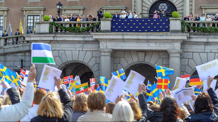 """Miles de suecos cantan """"hurra"""" en el cumpleaños del rey Carlos XVI Gustavo de Suecia"""