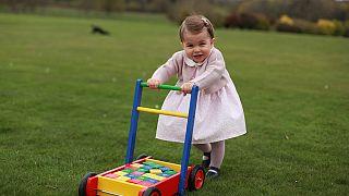 الأمير ويليم وكيث ميدلتون ينشران صُوَرًا لابنتهم تشارلوت في عيد ميلادها الأول