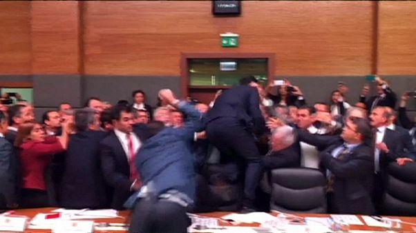 Cenas de pugilismo no Parlamento turco