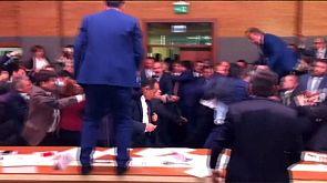 El Parlamento turco, a puñetazo limpio