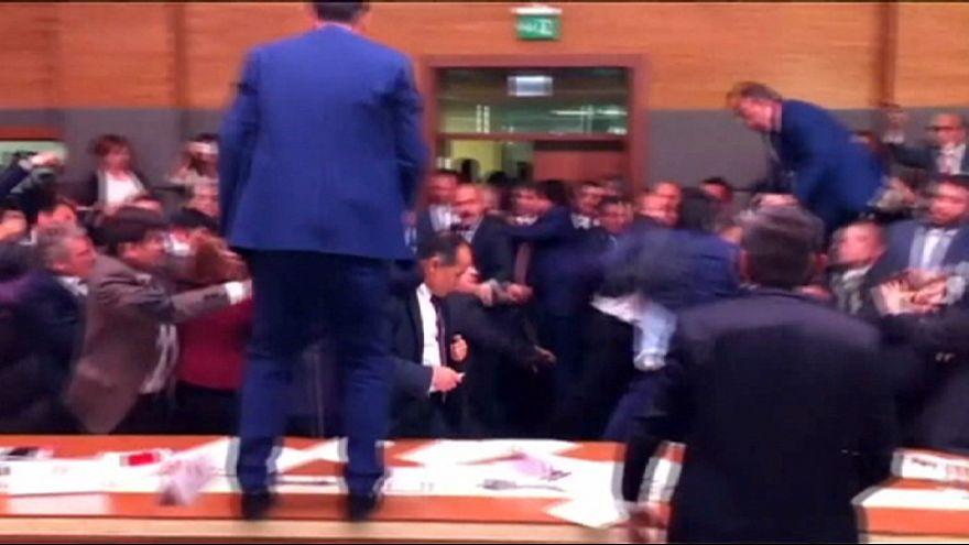 Dulakodás a török parlamentben