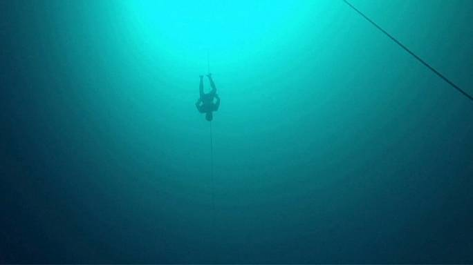 ويليام تروبريدج يغوص 124 متراً تحت الماء بلا تنفس