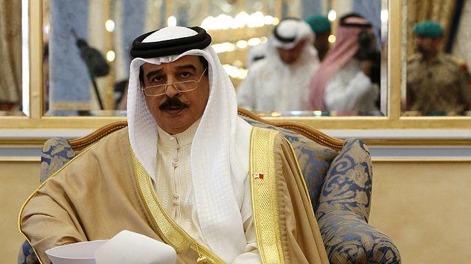 Король Бахрейна сплавал и сходил в народ