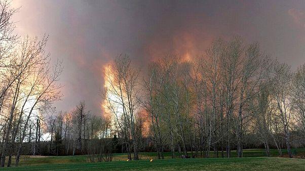 إجلاء آلاف السكان بسبب حريق كبير في إحدى مدن ألبيرتا الكندية