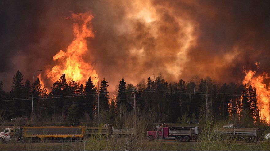 حريق ضخم يلتهب الأخضر واليابس في كندا