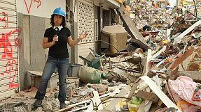 Equatorianos erguem-se lentamente dos escombros do sismo