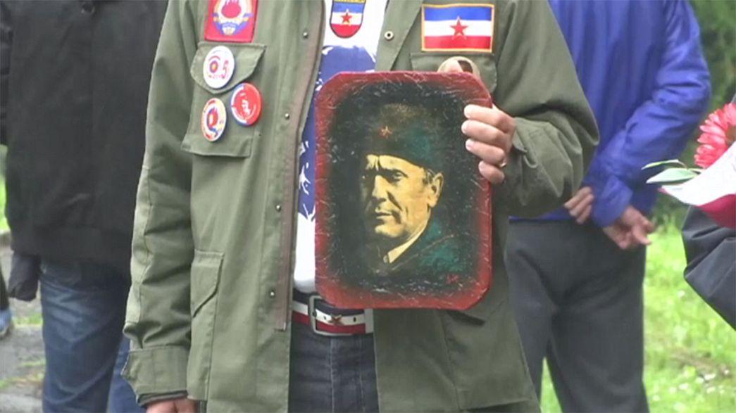 Des milliers d'admirateurs du maréchal Tito célèbrent l'anniversaire de sa mort