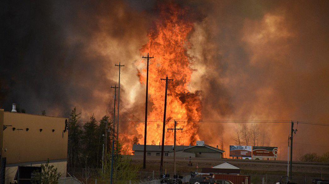 Las llamas siguen provocando el caos en la ciudad canadiense de Fort McMurray: la población evacuada