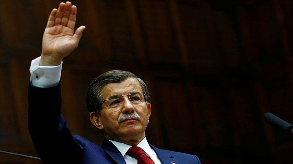 Erodál a török kormánypárt, Davutoglu félreáll