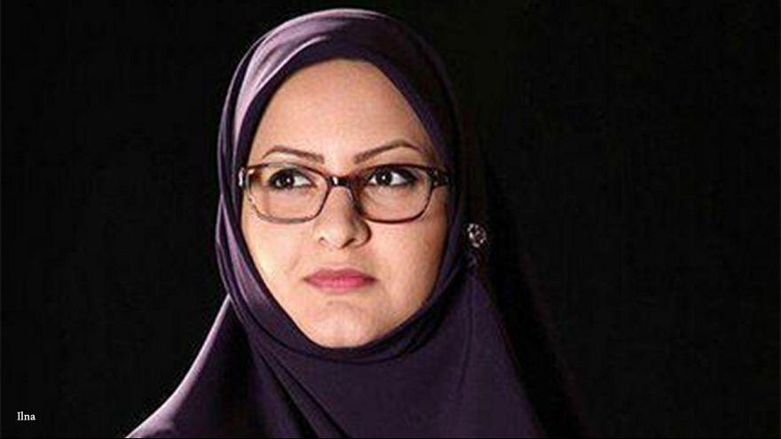 Vetada una diputada iraní por no llevar velo y darle la mano a un desconocido