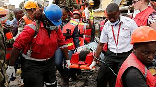Túlélőt találtak az összedőlt kenyai lakóház romjai alatt