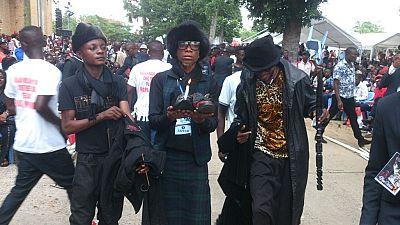"""L'hommage des """"sapeurs"""" de Pointe-Noire à Papa Wemba"""