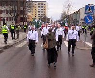 Virales Foto: Aktivistin in Schweden stellt sich Neonazis in den Weg