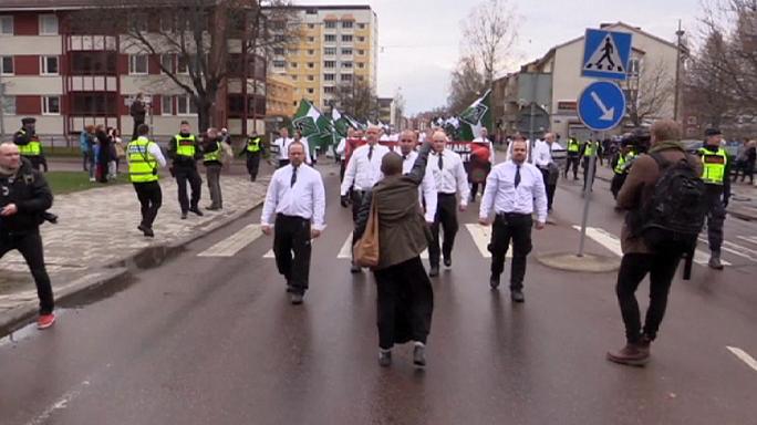 سيدة سوداء تقف بوجه مسيرة للنازيين الجدد في السويد
