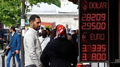 La lira se recupera pacialmente y la bolsa turca amortigua su caída tras la intervención de Davutoglu