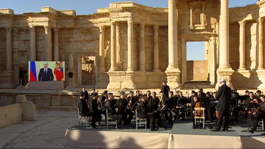 Russisches Mariinski-Orchester gibt Überaschungskonzert im Amphitheater von Palmyra