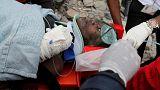 Sobreviventes retirados dos escombros em Nairobi