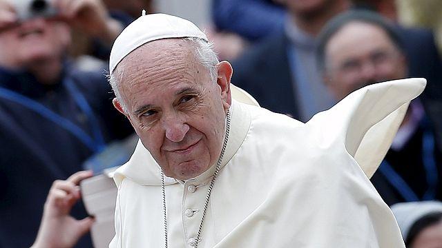 """البابا فرانسيس يتسلم جائزة شارلمان ويدعو إلى """"بناء الجسور وهدم الجدران"""""""