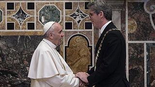 Papst fordert sozialere Wirtschaftsordnung in Karlspreis Rede