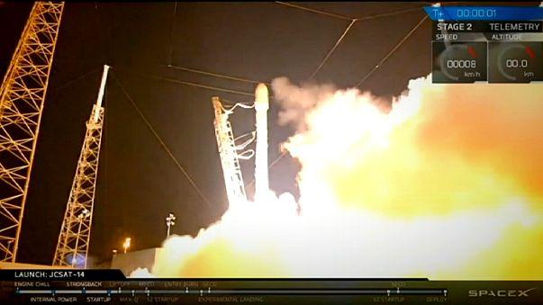 """""""سبيس إكس"""" يطلق قمرا صناعيا في الفضاء"""