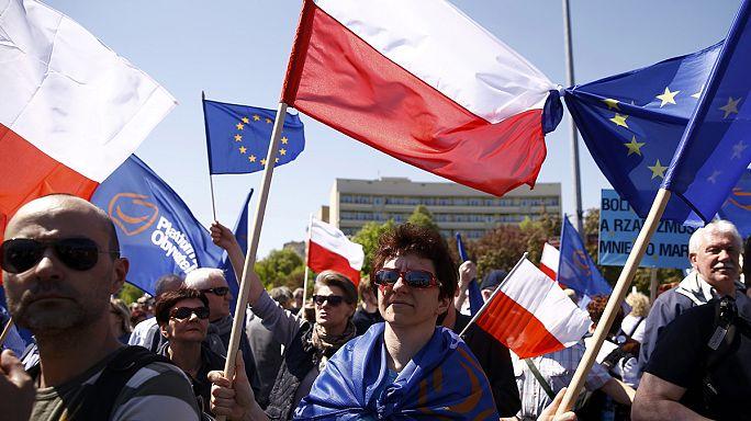 """""""Nous sommes et restererons en Europe"""" : manifestation record en Pologne contre le gouvernement"""