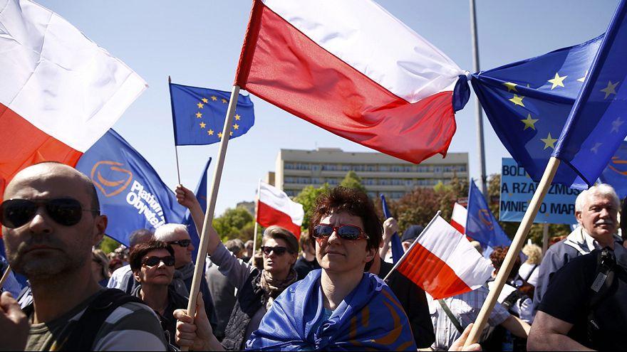 Polonia: opposizione in corteo per difendere l'appartenenza all'Ue